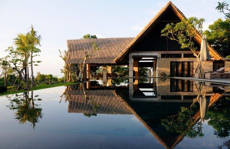 伝統的な家のデザインを基づいて造られた現代インドネシア人の家